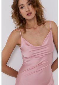 Guess - Sukienka. Kolor: różowy. Materiał: tkanina, poliester. Długość rękawa: na ramiączkach. Wzór: gładki. Typ sukienki: dopasowane