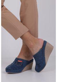 Jezzi - Niebieskie klapki jeansowe na koturnie ze skórzaną wkładką jezzi rmr1740-2. Kolor: niebieski. Materiał: jeans, skóra. Obcas: na koturnie