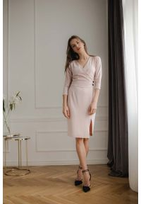 Różowa sukienka Figl kopertowa