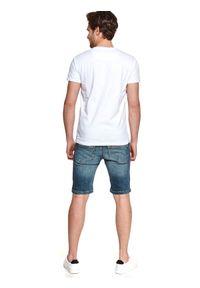 TOP SECRET - T-shirt męski z nadrukiem na kieszonce. Kolor: biały. Materiał: bawełna, tkanina. Długość rękawa: krótki rękaw. Długość: krótkie. Wzór: nadruk. Sezon: lato