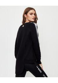 LA MANIA - Czarna bluza o asymetrycznym kroju Jari. Kolor: czarny. Materiał: dresówka, polar. Wzór: aplikacja #3