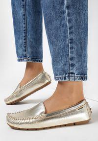 Born2be - Złote Mokasyny Adramoni. Nosek buta: czworokąt. Zapięcie: bez zapięcia. Kolor: złoty. Materiał: skóra. Szerokość cholewki: normalna. Styl: klasyczny