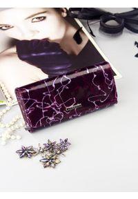 Fioletowy portfel LORENTI w kolorowe wzory