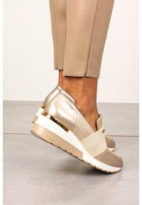 Kati - Beżowe sneakersy kati skórzane półbuty na koturnie z gumką 7020. Kolor: beżowy, złoty, wielokolorowy. Materiał: skóra. Obcas: na koturnie