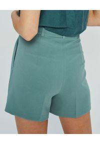 MARLU - Miętowe szorty garniturowe Luis. Stan: podwyższony. Kolor: niebieski. Materiał: wełna, elastan. Wzór: gładki. Sezon: wiosna, lato