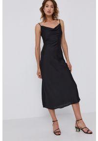 Guess - Sukienka. Kolor: czarny. Materiał: tkanina, poliester. Długość rękawa: na ramiączkach. Wzór: gładki. Typ sukienki: dopasowane