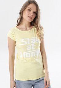 Born2be - Żółty T-shirt Noelori. Kolor: żółty