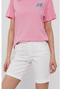 Tommy Jeans - Szorty jeansowe. Okazja: na co dzień. Kolor: biały. Materiał: tkanina, dzianina. Wzór: gładki. Styl: casual