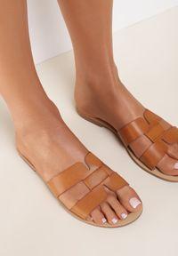 Renee - Camelowe Klapki Anastias. Nosek buta: okrągły. Wzór: aplikacja. Obcas: na obcasie. Wysokość obcasa: niski