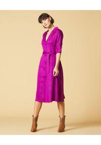 Manila Grace - MANILA GRACE - Sukienka z wężowym wzorem. Kolor: różowy, wielokolorowy, fioletowy. Wzór: motyw zwierzęcy. Długość: midi