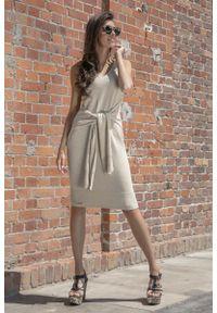 Fobya - Beżowa Prosta Midi Sukienka Swetrowa z Finezyjnym Wiązaniem. Kolor: beżowy. Materiał: bawełna, poliamid, akryl. Typ sukienki: proste. Długość: midi