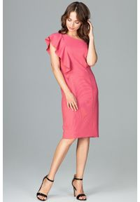 Lenitif - Ołówkowa sukienka na jedno ramię z falbaną różowa. Okazja: na wesele, na ślub cywilny, na imprezę, na randkę. Kolor: różowy. Typ sukienki: ołówkowe. Styl: elegancki