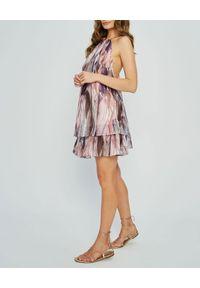 MARLU - Fioletowa sukienka Addis. Okazja: na randkę. Kolor: różowy, fioletowy, wielokolorowy. Materiał: tkanina, materiał. Wzór: nadruk. Sezon: lato. Styl: wizytowy, wakacyjny, elegancki. Długość: mini