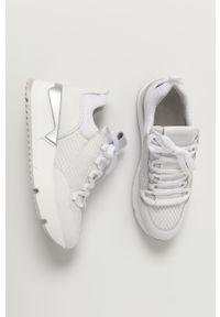 Białe sneakersy Wojas z cholewką, na średnim obcasie
