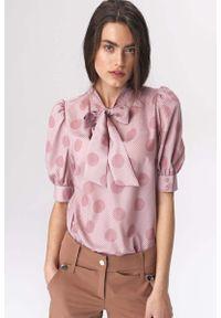 Nife - Różowa Romantyczna Wzorzysta Bluzka z Wiązaną Szarfą. Kolor: różowy. Materiał: elastan, poliester