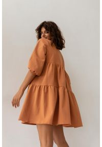 Sukienka oversize z przeszyciami pomarańczowa z kropeczkami- BLUSH by Marsala. Kolekcja: moda ciążowa. Kolor: pomarańczowy. Materiał: materiał, bawełna. Długość rękawa: krótki rękaw. Typ sukienki: oversize