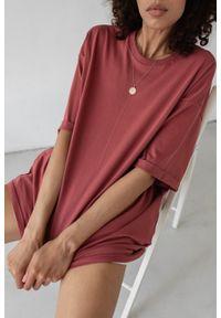 Marsala - T-shirt typu oversize w kolorze RUBY WINE - COY BY MARSALA. Materiał: elastan, bawełna. Styl: elegancki
