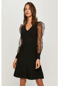 Morgan - Sukienka. Kolor: czarny. Materiał: materiał. Długość rękawa: długi rękaw. Typ sukienki: rozkloszowane