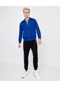 COMME DES GARCONS PLAY - Niebieska bluza z czarnymi sercami. Okazja: na co dzień. Typ kołnierza: bez kaptura. Kolor: niebieski. Materiał: jeans, materiał. Długość rękawa: długi rękaw. Długość: długie. Wzór: nadruk. Styl: casual