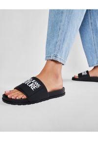 Versace Jeans Couture Klapki E0VWASQ2 Czarny. Kolor: czarny