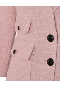 CATERINA - Różowa marynarka z kontrastowymi guzikami. Kolor: różowy, wielokolorowy, fioletowy. Materiał: żakard, materiał. Długość rękawa: długi rękaw. Długość: długie. Styl: elegancki
