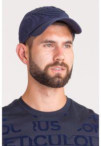 Niebieskie nakrycie głowy Emporio Armani z haftami