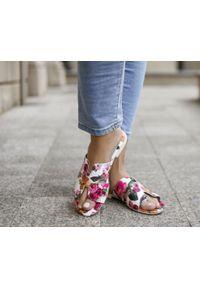 Zapato - damskie klapki na miękkiej podeszwie - skóra naturalna - model 371 - kolor różowe kwiaty. Okazja: na imprezę, na co dzień. Kolor: różowy. Materiał: skóra. Wzór: kwiaty. Sezon: lato, wiosna. Obcas: na płaskiej podeszwie. Styl: wakacyjny, klasyczny, casual