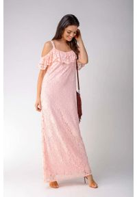 Nommo - Jasnoróżowa Koronkowa Sukienka Maxi Inspirowana Hiszpańskim Stylem. Kolor: różowy. Materiał: koronka. Długość: maxi