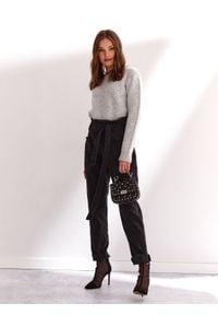 TOP SECRET - Sweter damski z okrągłym dekoltem. Kolor: szary. Materiał: materiał. Długość rękawa: długi rękaw. Długość: długie. Sezon: jesień, zima