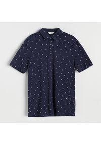 Reserved - Koszulka polo z mikroprintem w jaskółki - Granatowy. Typ kołnierza: polo. Kolor: niebieski