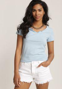 Renee - Jasnoniebieski T-shirt Pallemilia. Okazja: na co dzień. Kolor: niebieski. Materiał: bawełna, dzianina, materiał. Długość rękawa: krótki rękaw. Długość: krótkie. Styl: klasyczny, casual