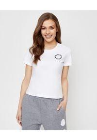 MONCLER - Biała koszulka z logo. Okazja: na co dzień. Kolor: biały. Materiał: dresówka, bawełna, jeans. Styl: casual