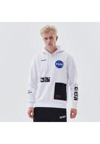 Cropp - Bluza z kapturem i nadrukiem NASA - Biały. Typ kołnierza: kaptur. Kolor: biały. Wzór: nadruk
