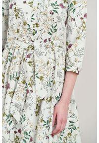Marie Zélie - Sukienka Aglaia Ficiforma kremowa. Typ kołnierza: kołnierzyk stójkowy. Kolor: kremowy. Materiał: bawełna, elastan. Wzór: kwiaty