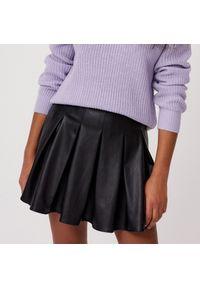 Cropp - Plisowana spódnica z imitacji skóry - Czarny. Kolor: czarny. Materiał: skóra