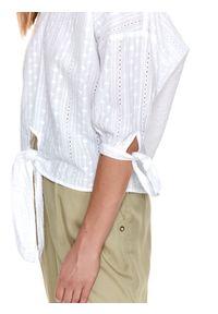 TOP SECRET - Luźna bluzka z haftem i wiązaniem na dole. Okazja: na imprezę. Typ kołnierza: dekolt w serek. Kolor: biały. Materiał: materiał. Wzór: haft. Sezon: lato
