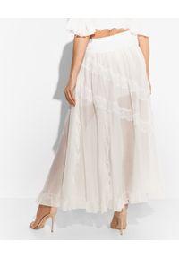 Biała sukienka Ermanno Firenze w koronkowe wzory, z falbankami, rozkloszowana