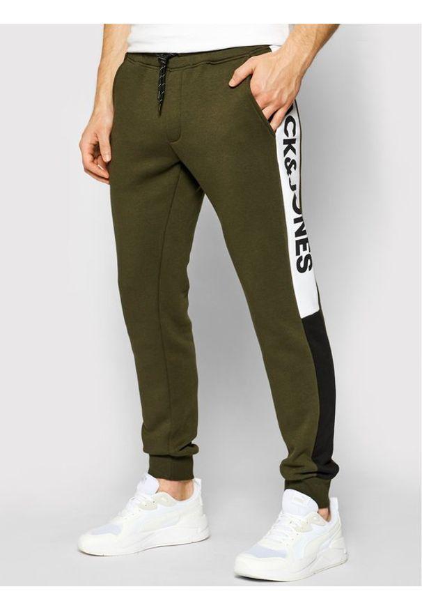 Jack & Jones - Jack&Jones Spodnie dresowe Will 12197199 Zielony Regular Fit. Kolor: zielony. Materiał: dresówka