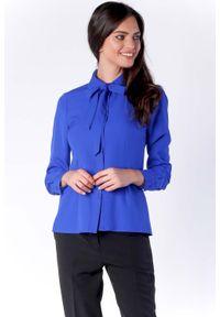 Nommo - Elegancka Kobaltowa Koszulowa Bluzka z Wiązaniem przy Kołnierzyku. Kolor: niebieski. Materiał: wiskoza, poliester. Styl: elegancki