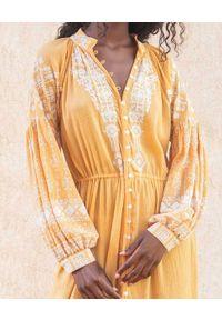 SCARLETT POPPIES - Bawełniana sukienka maxi z perłowymi guzikami. Kolor: beżowy. Materiał: bawełna. Długość rękawa: długi rękaw. Wzór: haft. Długość: maxi