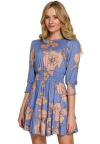 Makover - Rozkloszowana sukienka mini w kwiaty z wysokim pasem. Materiał: wiskoza. Wzór: kwiaty. Długość: mini