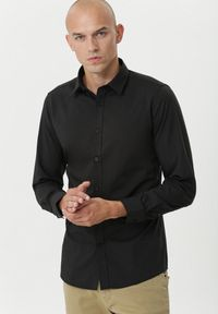 Born2be - Czarna Koszula Eagleby. Okazja: na imprezę. Kolor: czarny. Długość rękawa: długi rękaw. Długość: długie. Styl: wizytowy, klasyczny