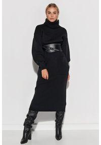 Makadamia - Długa Swetrowa Sukienka z Golfem - Czarna. Typ kołnierza: golf. Kolor: czarny. Materiał: akryl. Długość: maxi