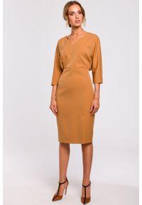 e-margeritka - Sukienka z kimonową górą cynamonowa - xl. Okazja: do pracy, na imprezę. Kolor: brązowy. Materiał: tkanina, poliester, materiał, elastan. Typ sukienki: proste, ołówkowe. Styl: klasyczny, elegancki