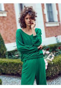 TOP SECRET - Bluza damska z dekoltem w serek. Typ kołnierza: dekolt w serek. Kolor: zielony