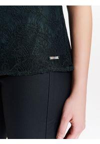 TOP SECRET - Damska koronkowa bluzka z odkrytym ramieniem. Kolor: zielony. Materiał: koronka. Wzór: aplikacja. Sezon: zima, jesień. Styl: klasyczny, elegancki