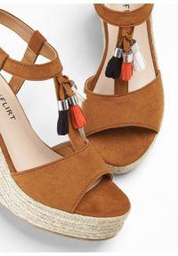 Brązowe sandały bonprix na koturnie