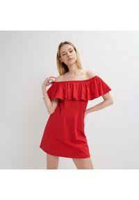 Czerwona sukienka Mohito z dekoltem typu hiszpanka