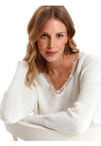 Biały sweter TOP SECRET w koronkowe wzory, na wiosnę, z dekoltem w serek