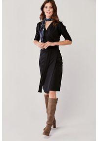 Marie Zélie - Sukienka Filomena czarna. Typ kołnierza: dekolt kopertowy. Kolekcja: moda ciążowa. Kolor: czarny. Materiał: bawełna, dzianina, materiał, elastan, tkanina, skóra. Typ sukienki: proste, kopertowe. Styl: klasyczny, młodzieżowy